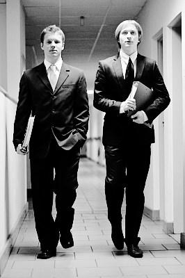fotografia korporacyjna: dwóch biznesmanów w korytarzu firmowym