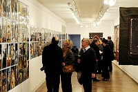 Fotografia eventowa - wystawa Barbary Hanuszkiewicz, początek wernisażu