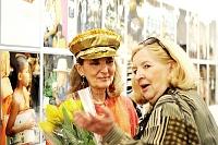 Fotografia eventowa - Barbara Hanuszkiewicz na tle swoich zdjęć z Tajlandii