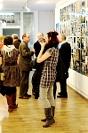 Fotografia eventowa - wystawa B.Hanuszkiewicz, goście podziwiają dzieła