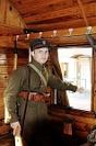Fotografia eventowa - pociąg z ochotnikami 1920 roku - rekonstrukcja, żołnierz w zabytkowym wagonie