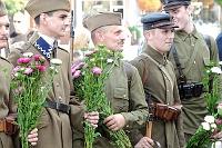 Fotografia eventowa - ochotnicy 1920 roku - rekonstrukcja, ochotnicy z kwiatami