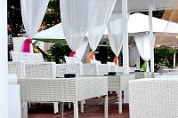 Fotografia wnętrza: kawiarnia, stoliki