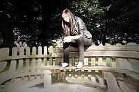 Sesja zdjeciowa: Kobieta na ławce w parku