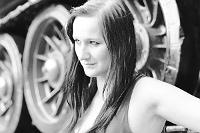 Sesja zdjeciowa: Kobieta przy czołgu